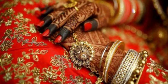 दूल्हे ने शादी में पहना दिए इतने किलो के जेवर, पहनकर लड़खड़ाने लगी दुल्हन